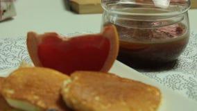 De vrouw overhandigt het Koken het dessertreeks van Soufflépannekoeken stock video