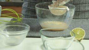 De vrouw overhandigt het Koken het dessertreeks van Soufflépannekoeken stock footage