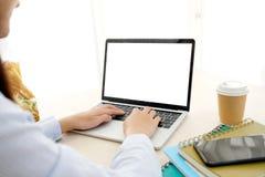 De vrouw overhandigt het typen laptop computer met het lege omhoog scherm voor spot stock fotografie