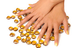 De vrouw overhandigt manicure met gouden nagellak op witte achtergrond royalty-vrije stock afbeelding