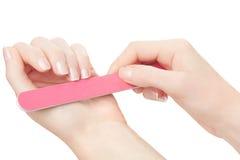 De vrouw overhandigt manicure met nagelvijl Stock Foto's