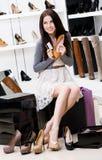 De vrouw overhandigt schoenen en creditcard royalty-vrije stock foto
