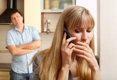 De vrouw overlegt persoonlijk de telefoon royalty-vrije stock afbeeldingen