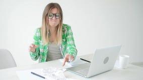 De vrouw overweegt de hoeveelheid uitgaven voor aankopen en betaling van kredieten door informatie in laptop voor in te gaan stock footage
