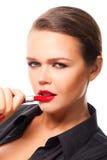 De vrouw past lippenstift toe Royalty-vrije Stock Afbeelding