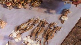 De vrouw plaatst Met de hand gemaakte Shell Souvenirs in Vietnam stock videobeelden