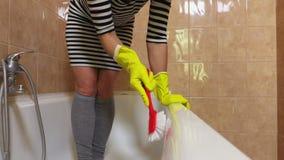 De vrouw poetst bad op stock videobeelden