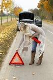 De vrouw probeert om een noodsituatieteken te openen Stock Foto