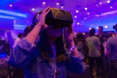 De vrouw probeert virtuele werkelijkheidshoofdtelefoon Royalty-vrije Stock Foto's