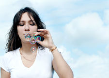 De vrouw produceert zeepbels Royalty-vrije Stock Afbeeldingen