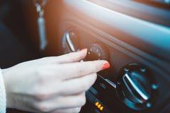De vrouw regelt ventilatie in haar auto Royalty-vrije Stock Fotografie