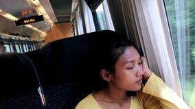 De vrouw reist door trein stock video