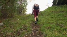 De vrouw de reiziger neemt op een zorg toe Daling stock video