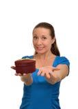 De vrouw rekt uit zijn hand met een gift uit Stock Afbeeldingen