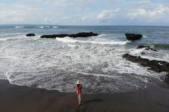 De vrouw in rode bikini geniet de zomer van dag dichtbij oceaan Vakantie in Bali Foto van hommel stock afbeeldingen