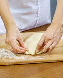 De vrouw rolt recepten van het de Reeksvoedsel van het samendrukkingsdeeg de Met de hand gemaakte Stock Foto