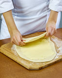 De vrouw rolt recepten van het de Reeksvoedsel van het samendrukkingsdeeg de Met de hand gemaakte Royalty-vrije Stock Fotografie