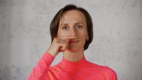 De vrouw ruikt Slecht Vreselijk de Neusclose-up van het Geursnuifje stock videobeelden