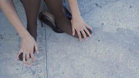 De vrouw ` s overhandigt het masseren van vermoeide voeten na schoenen 4K stock footage
