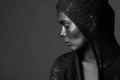 De vrouw schilderde met donkere verf Stock Foto