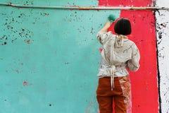 De vrouw schildert concrete omheining bij het Project ` van festival` Seizoenen in Moskou Royalty-vrije Stock Afbeelding