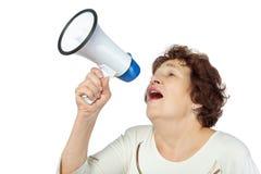 De vrouw schreeuwt iets in een megafoon Stock Foto's