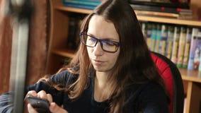 De vrouw schrijft een bericht op een smartphone stock videobeelden