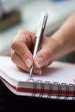 De vrouw schrijft op een document stock afbeeldingen