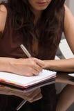 De vrouw schrijft op een document stock fotografie