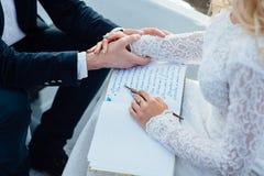 De vrouw schrijft op een document Royalty-vrije Stock Afbeelding