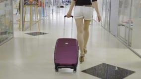 De vrouw sleept een koffer stock videobeelden