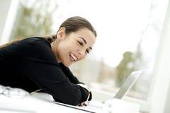De vrouw slouched en rustend op toetsenbord Royalty-vrije Stock Afbeeldingen