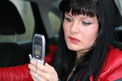 De vrouw is sms door mobiel stock foto's