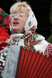 De vrouw speelt de harmonika stock afbeelding