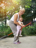De vrouw speelt heksen met haar weinig granddaugh royalty-vrije stock afbeeldingen