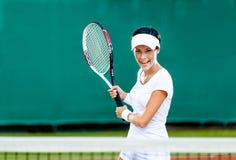 De vrouw speelt tennis royalty-vrije stock afbeelding