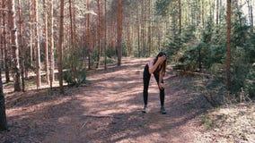 De vrouw in sportkleding stoot in het Park aan Zij hield op om haar adem te vangen en haar adem te herstellen Langzame Motie stock videobeelden