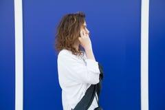 De vrouw spreekt door celtelefoon Royalty-vrije Stock Foto