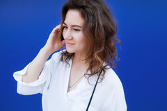 De vrouw spreekt door celtelefoon Stock Foto