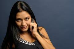 De vrouw spreekt om te telefoneren Royalty-vrije Stock Foto's