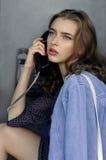 De vrouw spreekt op de telefoon stock afbeelding