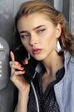 De vrouw spreekt op de telefoon royalty-vrije stock afbeeldingen