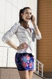 De vrouw spreekt op telefoon Stock Foto's