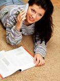 De vrouw spreekt op telefoon Stock Afbeelding