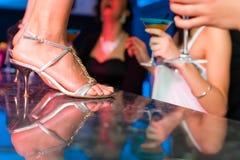 De vrouw in staaf of club danst op de lijst royalty-vrije stock afbeeldingen