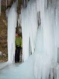 De vrouw staart omhoog bij de ijskegel Stock Afbeelding