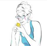 De vrouw steekt omhoog een sigaret aan Royalty-vrije Stock Afbeeldingen