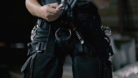 De vrouw steeplejack bereidt zich voor om te werken stock footage