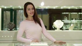 De vrouw stelt bij de juwelen boutigue stock footage