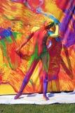 De vrouw stelt voor fotos bij kleurrijke achtergrond Royalty-vrije Stock Foto's